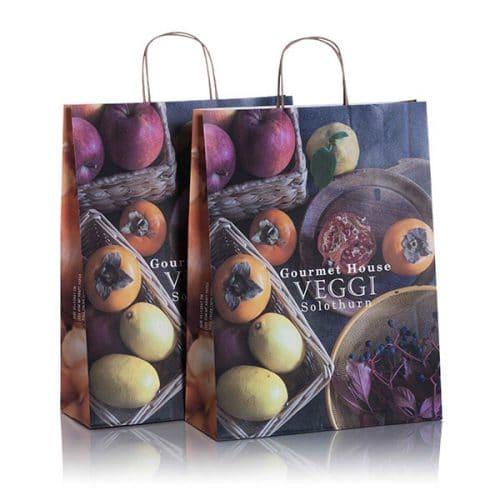 Zwei Papiertüten und Papiertaschen individualisiert mit Veggi CI von CREATEAM PROMOTION
